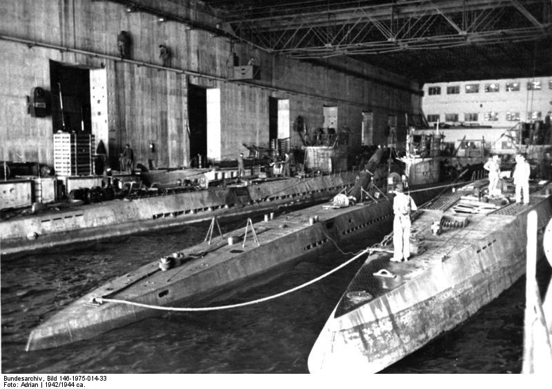 Im Innern eines U-Boot-Bunkers am Atlantik. Hier werden die von langer Feindfahrt heimgekehrten U-Boote, soweit nötig, repariert und wieder neu ausgerüstet. Aufnahme: OT-Kriegsberichter Adrian