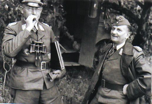 A la izquierda podemos ver al general Pickert, comandante de nuestra unidad, junto al general Alfred Bülowius, comandante en jefe del II Fliegerkorps