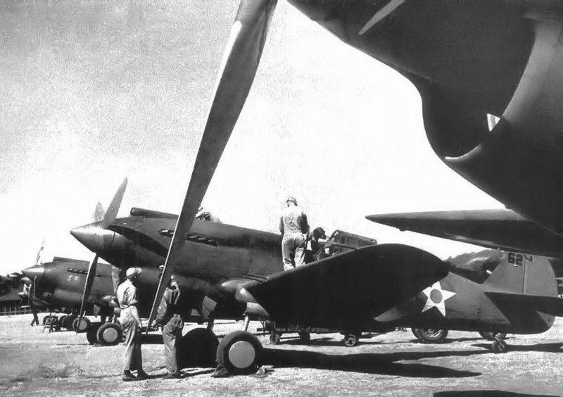 Curtiss P-40B del 21er Escuadrón de Persecución en su base de Clark Field.