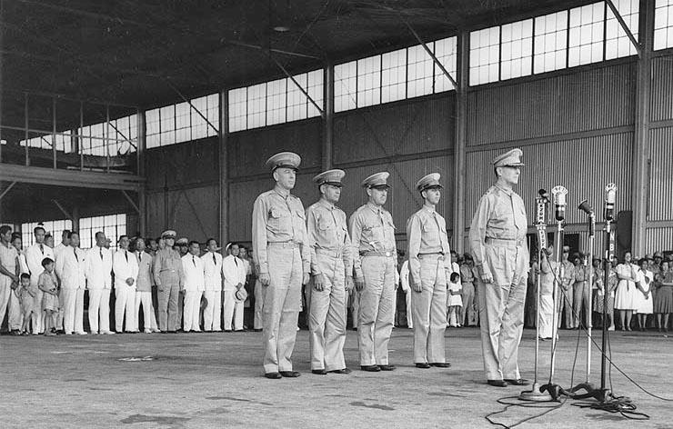 Mac Arthur en una ceremonia el 15 de agosto de 1941. Para entonces las Filipinas eran un lugar seguro.