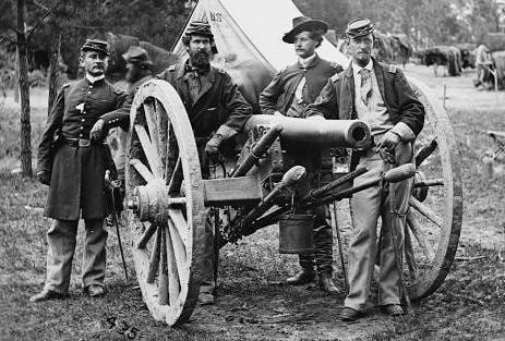 Artilleros confederados junto a su pequeño cañón de tres pulgadas.