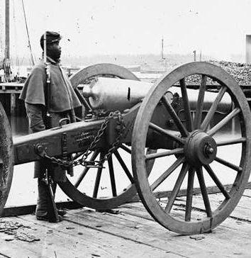 El soldado no es confederado, pero la imagen nos permite hacernos una idea sobre el tamaño del omnipresente Napoleón de 12 libras.