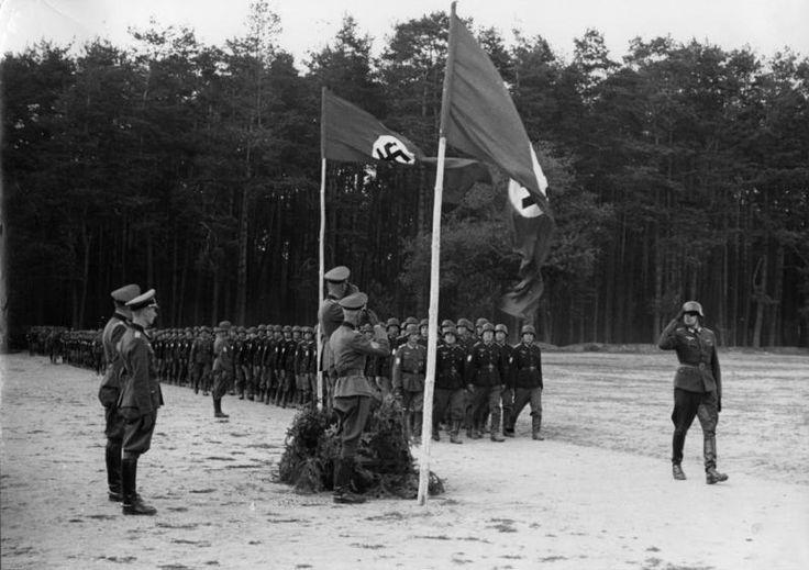 Auxiliares tártaros desfilando ante oficiales alemanes