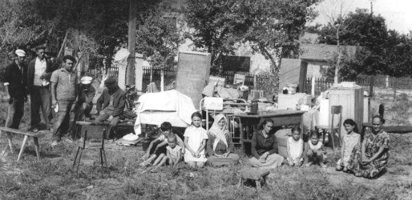 Una familia tártara en la calle, con sus pertenencias, que no podrán llevarse.