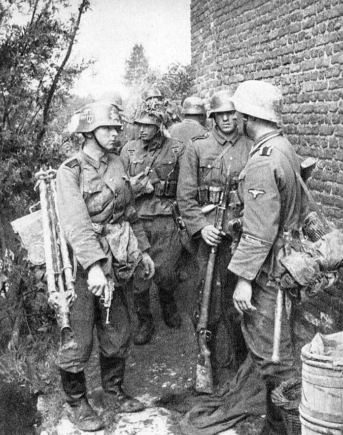 Un suboficial de las SS con un grupo de Soldados en algún lugar de Francia en 1940