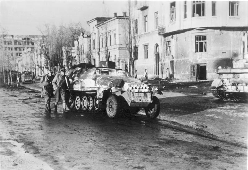 Vehículo semioruga en una calle de Járkov.