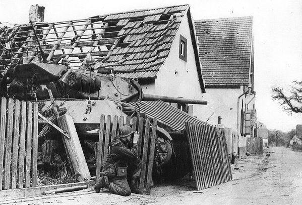 Un Tank-Destroyer, camuflado, para dar apoyo a las tropas que han entrado en Alemania
