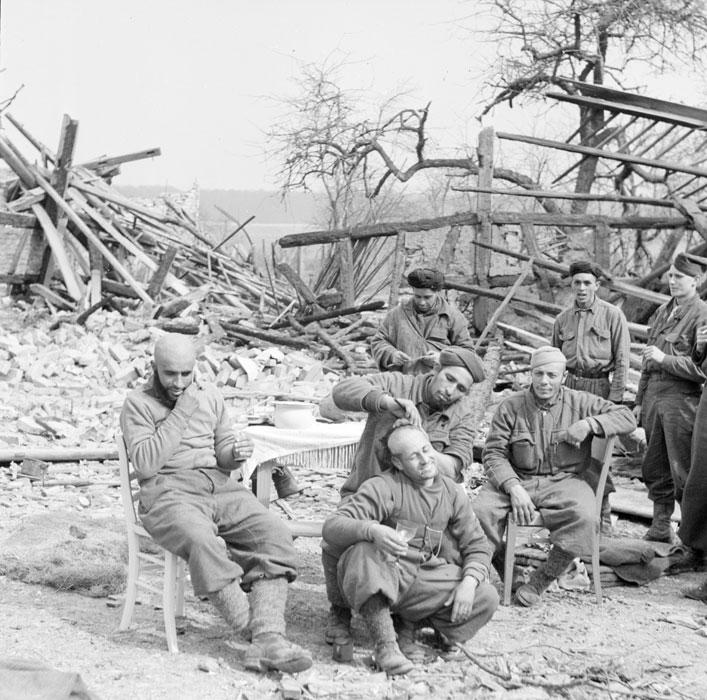 Un grupo de goumiers, descansando entre combates