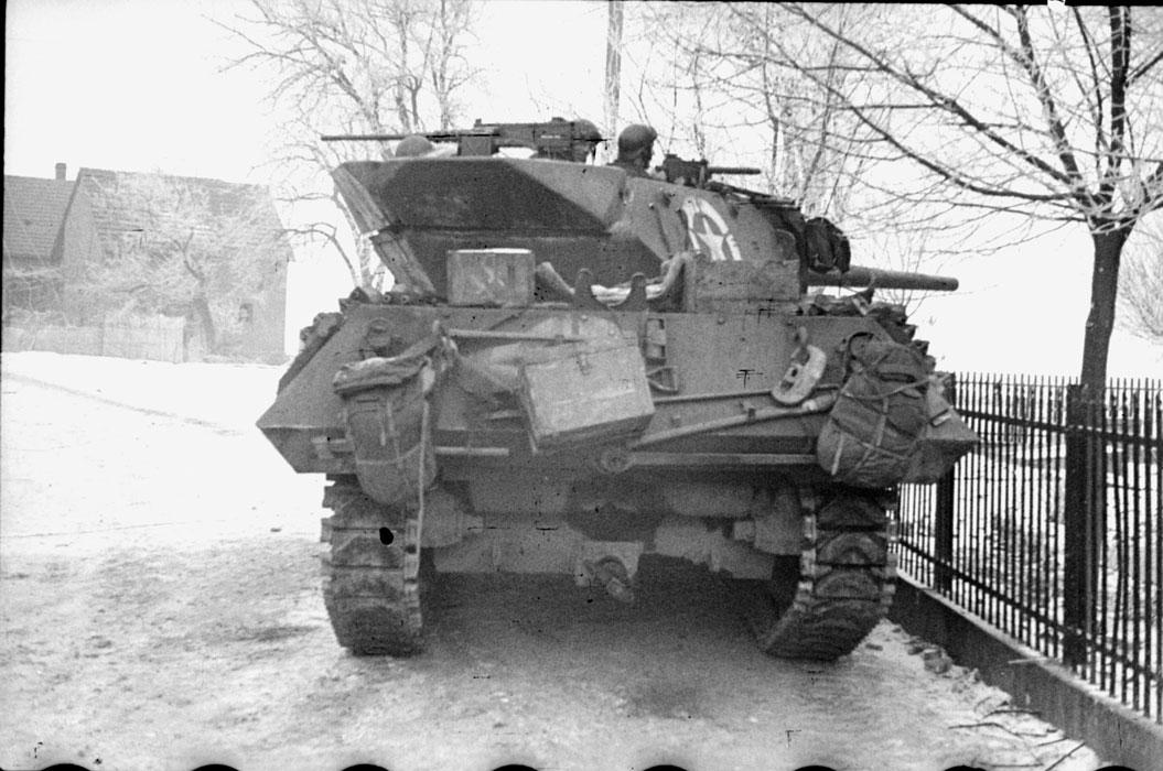 Magnífica foto de un Tank Destroyer M10. Su principal inconveniente era el techo abierto de la torreta, y su vulnerabilidad al fuego de artillería