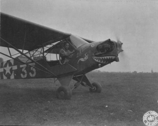 El Piper Cub fue un avión de reconocimiento artillero y comunicaciones, bastante similar al Fieseler Storch alemán.
