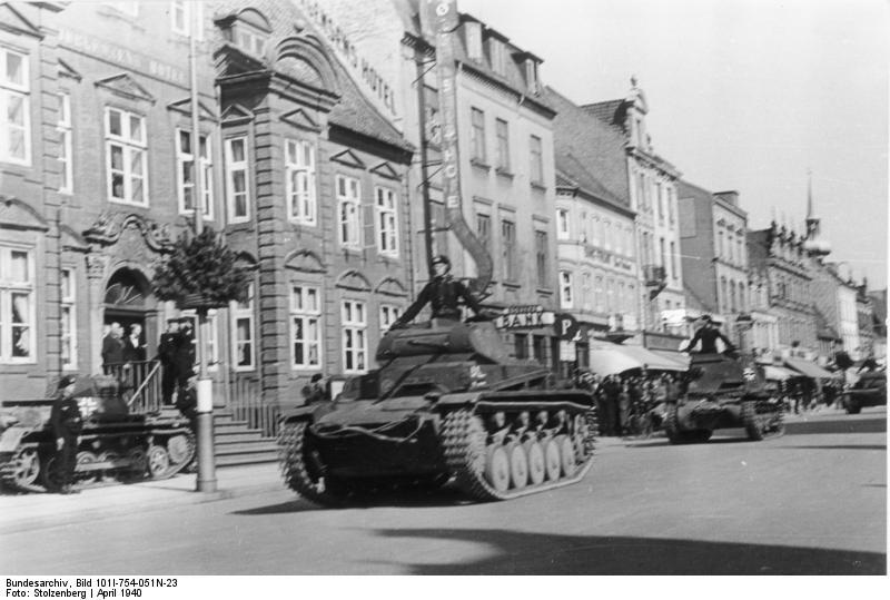 Panzer II y I recorriendo una ciudad danesa.