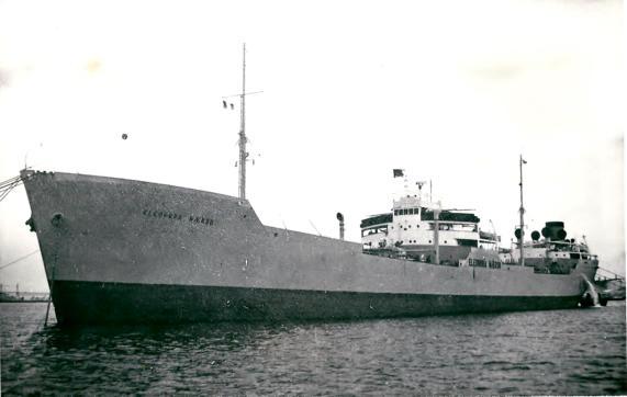 Para las operaciones navales se emplearon buques mercantes, como este...