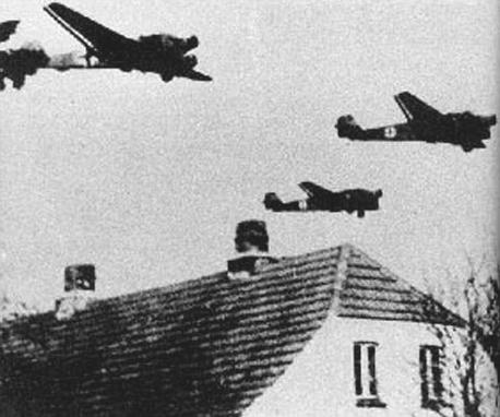 Aviones de transporte Ju.52 sobrevolando Dinamarca.