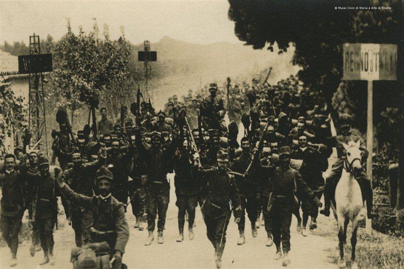 Soldados italianos marchando al frente. Los primeros momentos siempre son optimistas...