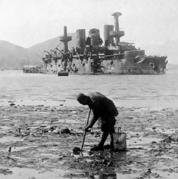 El acorazado ruso Peresviet, destruido, descansando sobre el fondo del fondeadero interior de Port Arthur