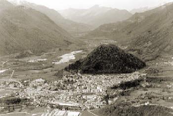 Tolmin, mirando desde el este. La elevación cónica es la colina del castillo, y la cota 588 es la elevación a la izquierda de la foto.