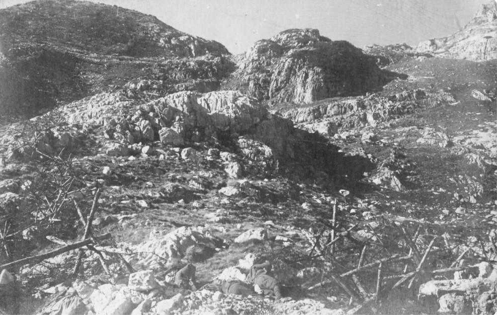 Trincheras en la cima del monte Rombón