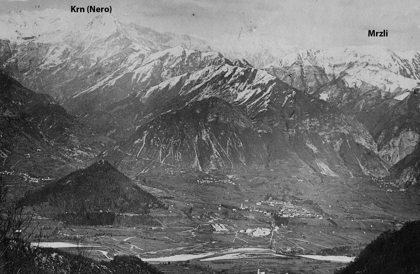 Esta fotografía de época de Tolmin, el pueblo, y las dos alturas principales, nos permite hacernos una idea del desafía al que se enfrentaban los italianos.